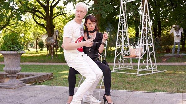 Jan Budař s T. Vilhelmovou ve filmu Odcházení