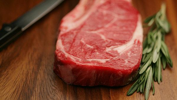 Když do masa uděláte důlek a ten se rychle opět zaplní, je maso příliš čerstvé a steak bude tvrdý.