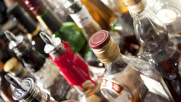 V lond�nsk�m baru se d� alkohol nas�vat doslova v�emi p�ry t�la. Gin se zde nepije, ale d�ch�