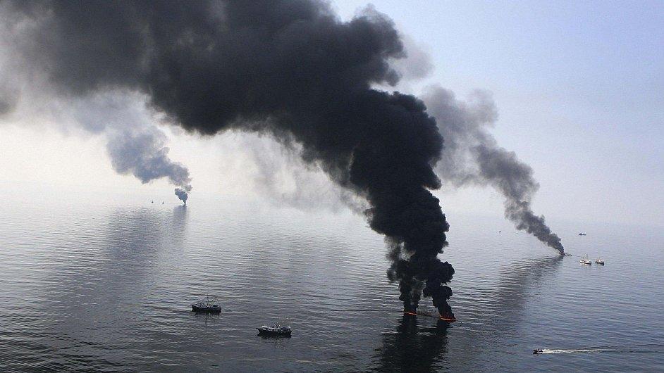 Hořící ropa na mořské hladině po ekologické katastrofě v Mexickém zálivu.
