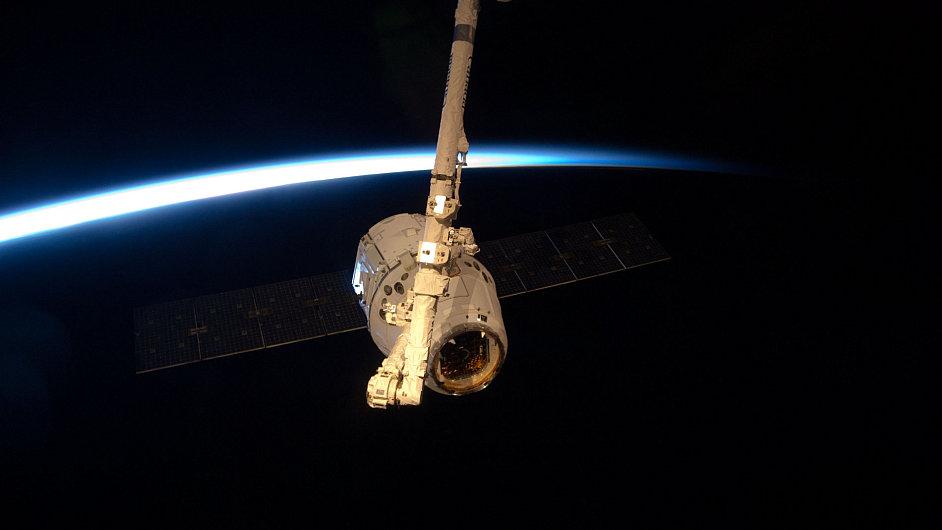 Modul Dragon zakotvil u Mezinárodní kosmické stanice (ISS)