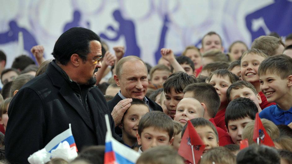 Steven Seagal a Vladimir Putin při otevírání moskevské tělocvičny