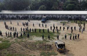 Strážci a policisté hlídaj prostory, kde zvláštní soud rozhoduje o osudu stovek vzbouřenců
