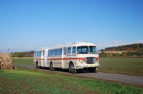 Unikátní kloubový autobus komunisté sešrotovali. Nadšenci ho postavili znovu