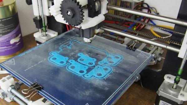 Tiskárna Prusa i3 s částečně vytištěnými součástkami další tiskárny