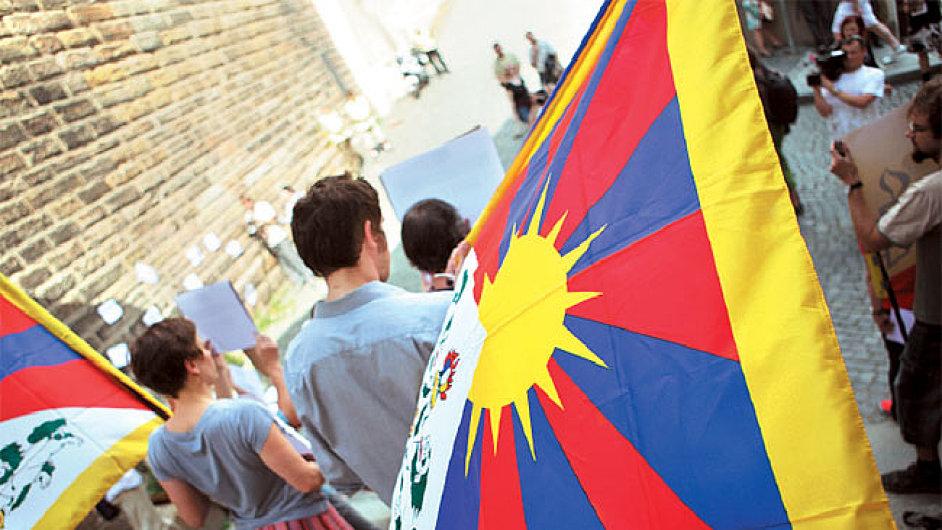 Tibetské vlajky během demonstrace
