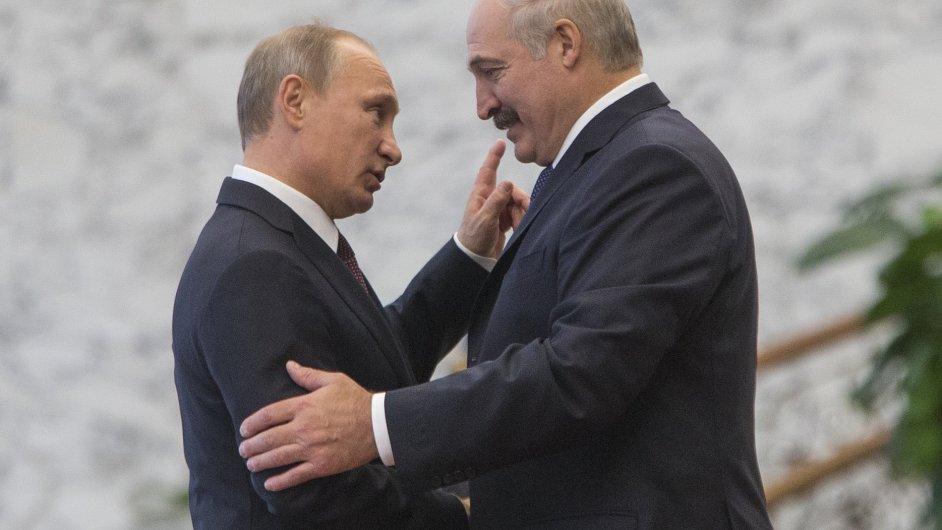 Ruský prezident Vladimir Putin (vlevo) s běloruským protějškem Alexandrem Lukašenkem.