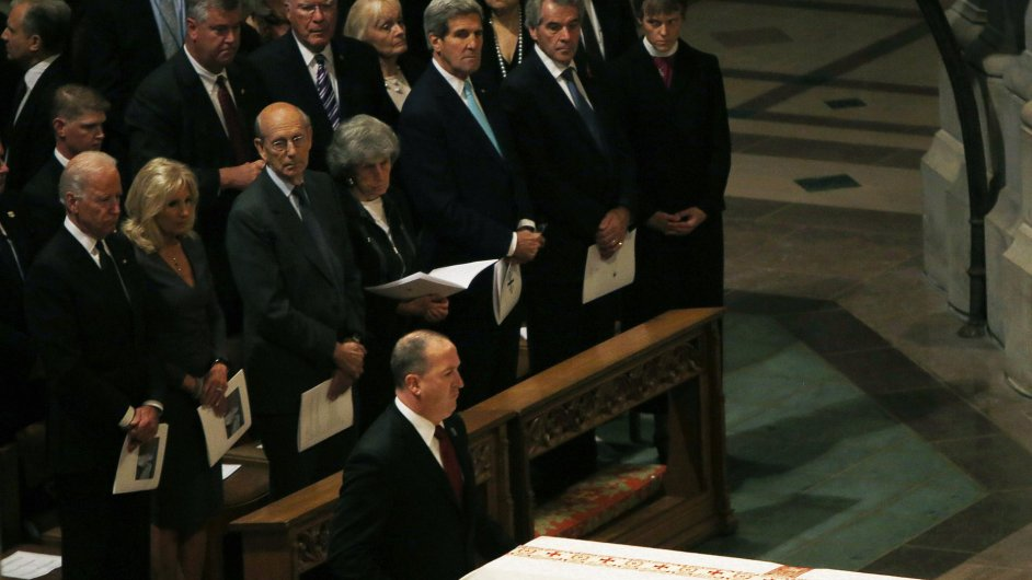 Joe Bide, John Kerry a další na pohřbu Bena Bradleeho ve Washingtonské katedrále