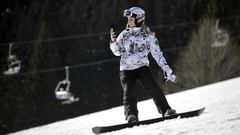 Sníh se vrátil: Na snímku snowboardistka v Peci pod Sněžkou