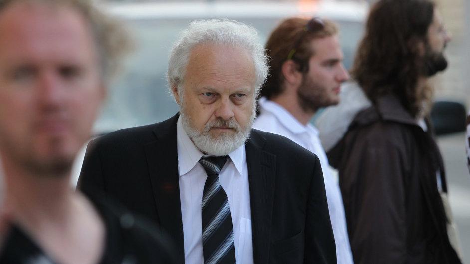 Dozorující státní zástupce Petr Jirát přichází do budovy Krajského soudu v Praze
