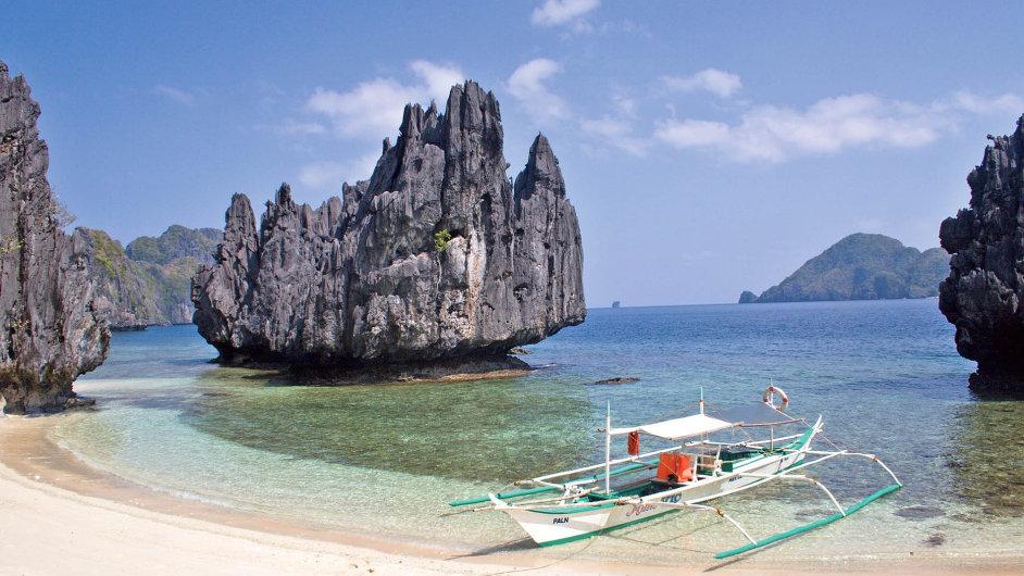 Panenská pláž s typickými hřibovitými skalisky u ostrova Palawan