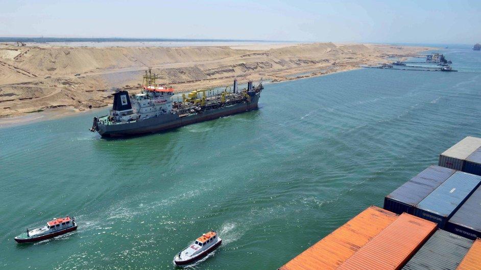 Nákladní loď proplouvá novou větví Suezského kanálu v Egyptě.