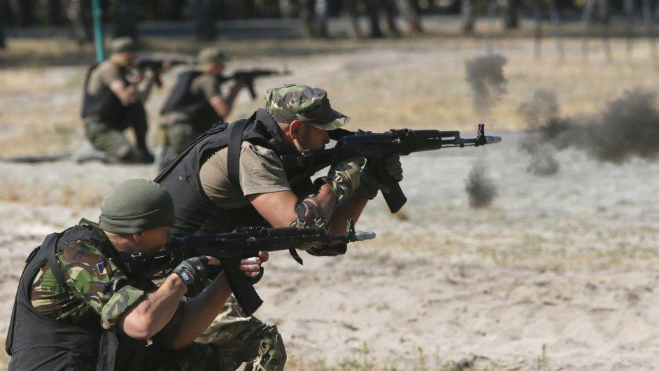 Ukrajinská Národní garda cvičí nedaleko Kyjeva.