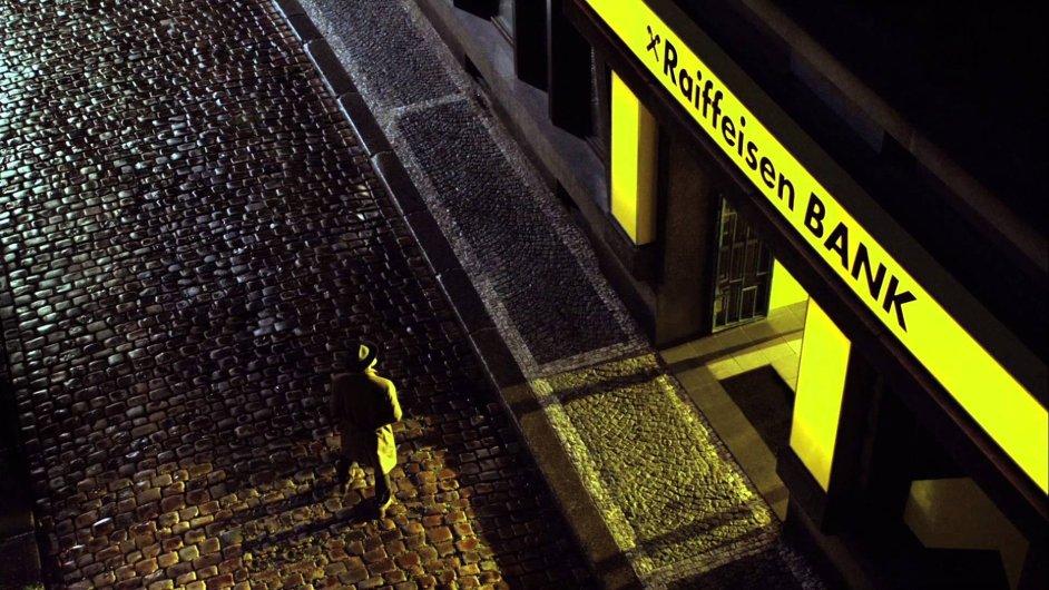 V novém spotu Raiffeisenbank Artur usiluje o půvabnou Viktorii