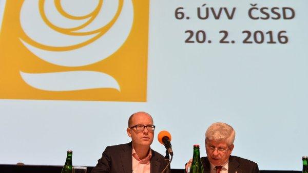 ��f soci�ln�ch demokrat� Bohuslav Sobotka (vlevo) a m�stop�edseda strany Martin Starec na zased�n� p�edsednictva �SSD