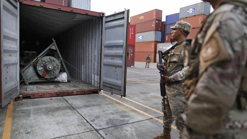 Pod vlajkou KLDR. Panamské úřady nazákladě mezinárodních sankcí konfiskují zbrojní systémy nalezené vkontejneru nalodi plující pod vlajkou Severní Koreje.