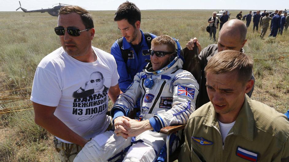 Tim Peake krátce po přistání v Kazachstánu.