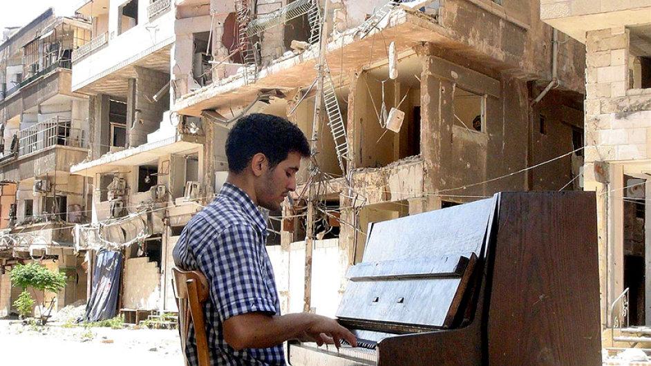 Hlavní cenu získal film o syrském klavíristovi Ajhamu Ahmadovi (na snímku) režiséra Güntera Attelna.