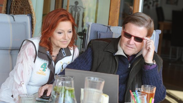 Zdeněk Škromach sleduje sčítání voleb. Ve svém obvodu prohrál s kandidátkou za KDU-ČSL Annou Hubáčkovou.