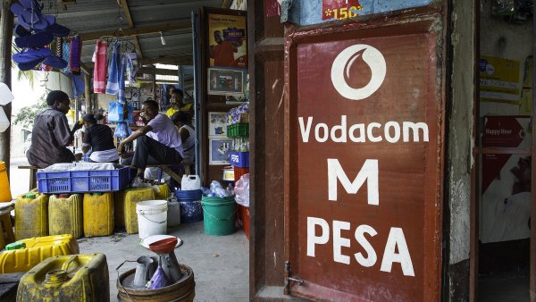 Osobní finance si Tanzánci můžou vyřídit v místní samoobsluze.