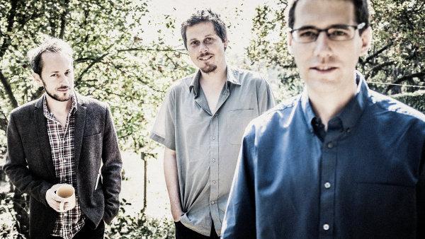 Na snímku jsou autoři vítězného alba: bubeník Martin Novák, kontrabasista Jiří Slavík a kytarista David Dorůžka.