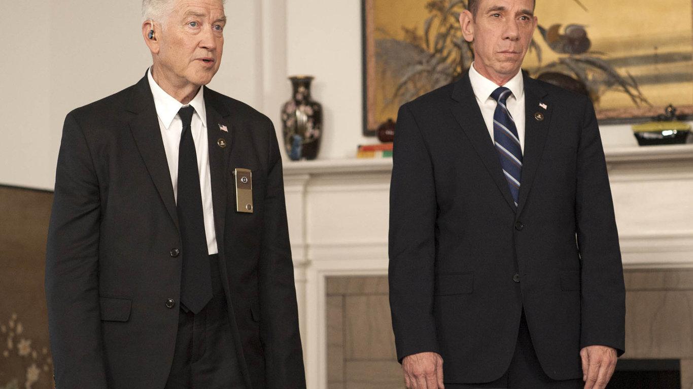 Miguel Ferrer (vpravo) ztvárnil asociálního patologa FBI Alberta Rosenfielda. Premiéry nových dílů se ale nedožil – letos vlednu zemřel vnecelých dvaašedesáti letech. Vlevo je režisér David Lynch.