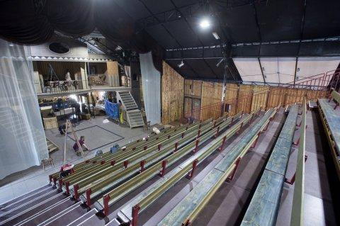 Na pražské smíchovské náplavce v blízkosti železničního mostu se staví divadelní stan, kde se uskuteční festival pořádaný Divadlem Bratří Formanů.