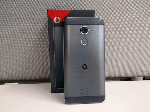 Vodafone Smart V8 má povedenou kovovou konstrukci, ale zbytečné rámečky kolem displeje.