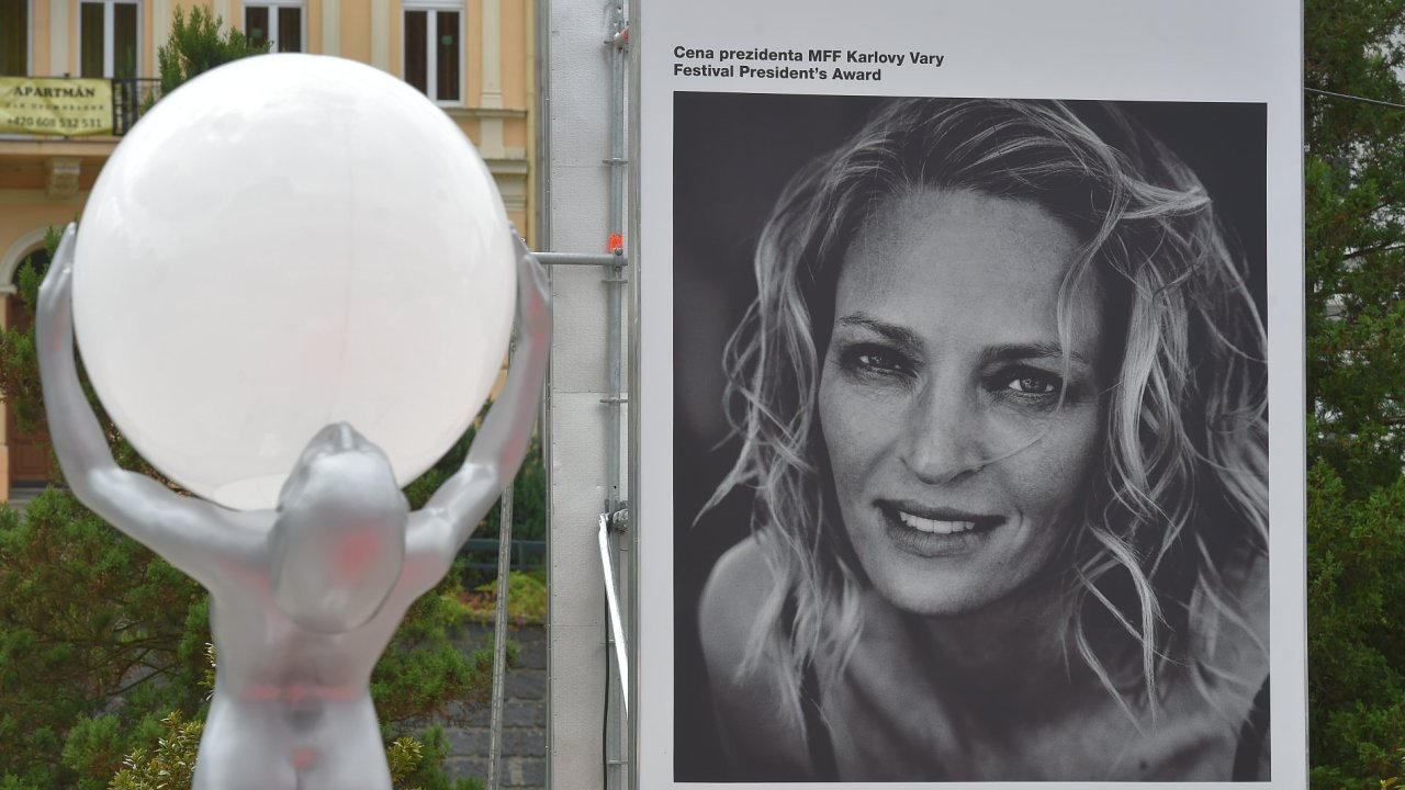 V Karlových Varech již vrcholí festivalové přípravy. Na snímku je billboard s jednou z hvězd letošního ročníku, americkou herečkou Umou Thurmanovou.
