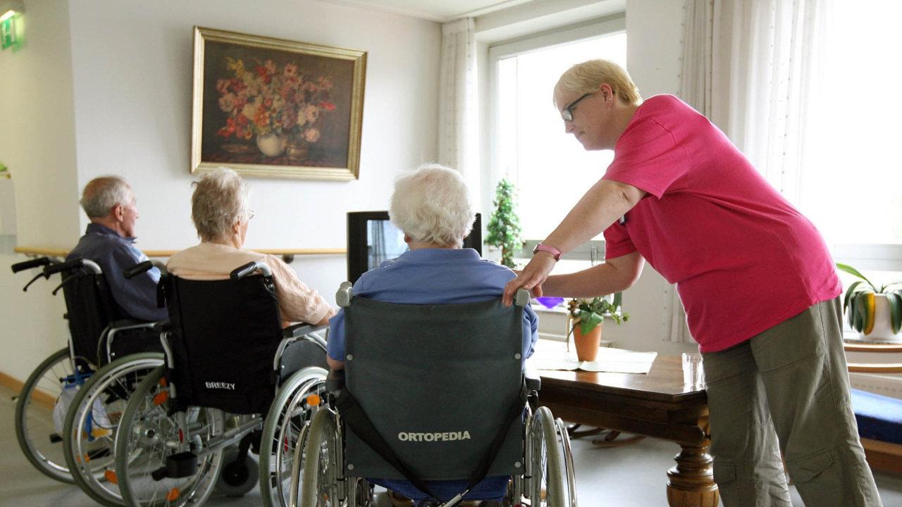 Komplexní péče. Oseniory by mělo být postaráno, ať už jsou vdomově důchodců či ve zdravotnickém zařízení.