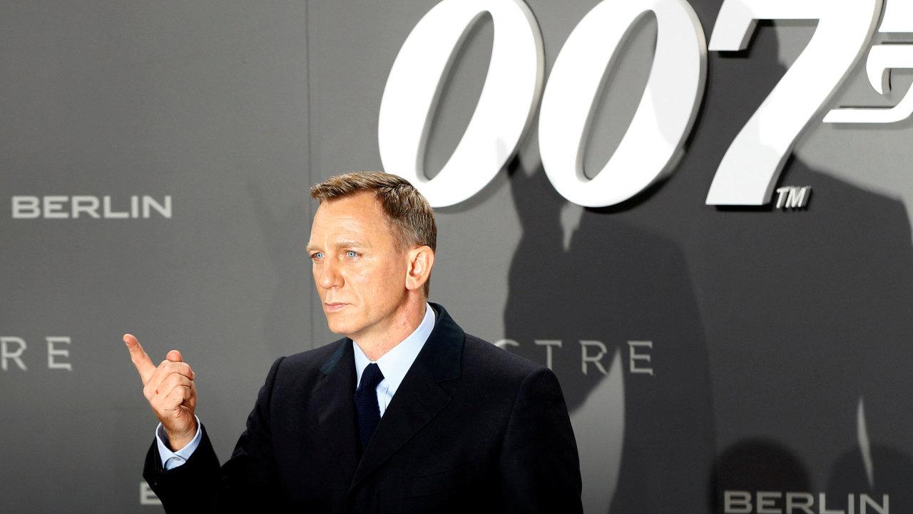 Na snímku z německé premiéry zatím poslední bondovky Spectre je herec Daniel Craig.