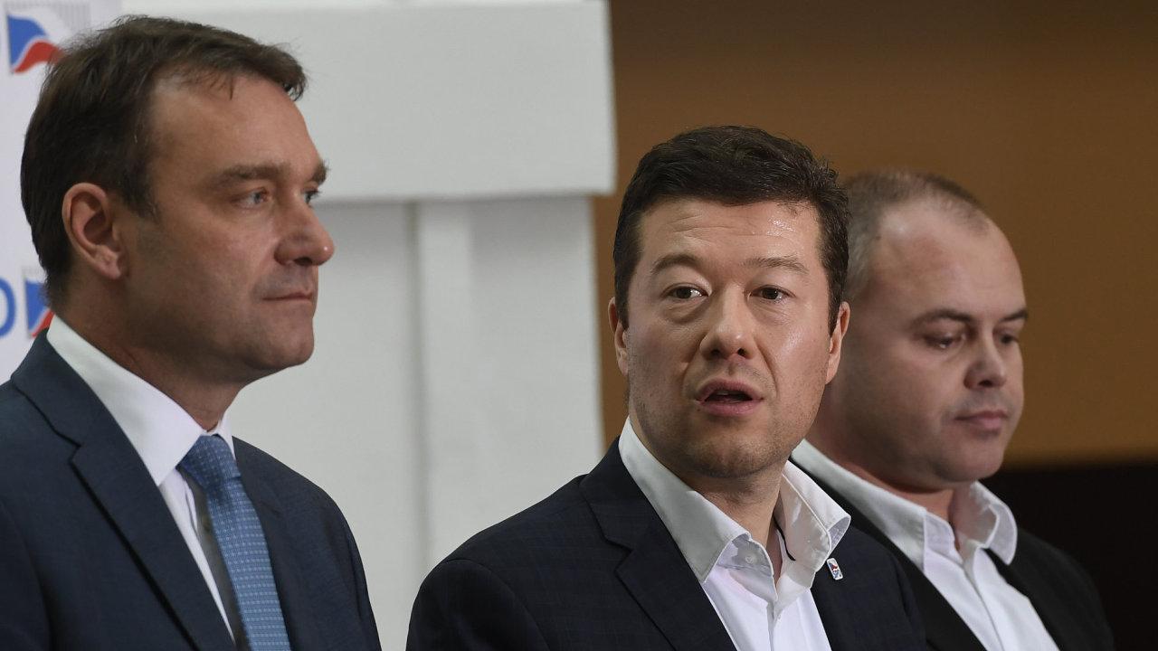 Zleva předseda poslaneckého klubu SPD Radim Fiala, předseda hnutí Tomio Okamura a místopředseda klubu Radek Rozvoral na tiskové konferenci.