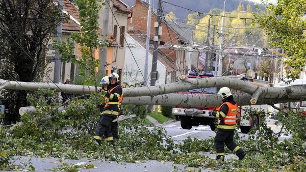 Bez proudu je stále asi 80 tisíc odběratelů energetické společnosti ČEZ.