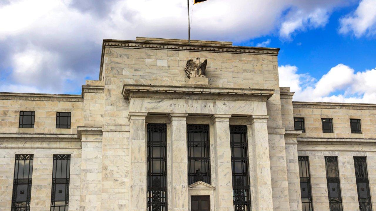 Centrální banky podporují zotavení ekonomik. Fed tiskne měsíčně stovky miliard dolarů, a žene tak akciové indexy nahoru.