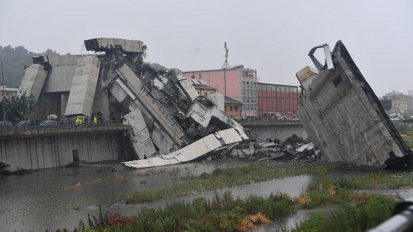 V Janově se zřítil dálniční most vysoký 45 metrů, spadl z něj i český kamion. Zemřelo 35 lidí
