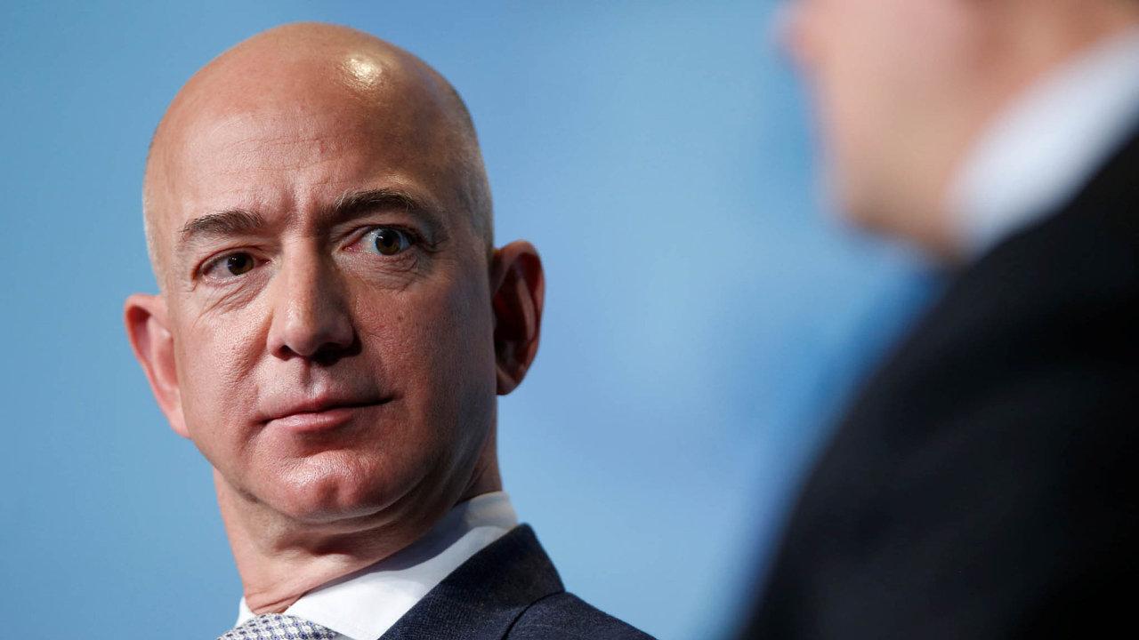 Zakladatel Amazonu Jeff Bezos se letos poprvé vyšvihl na první příčku v žebříčku nejbohatších lidí světa.