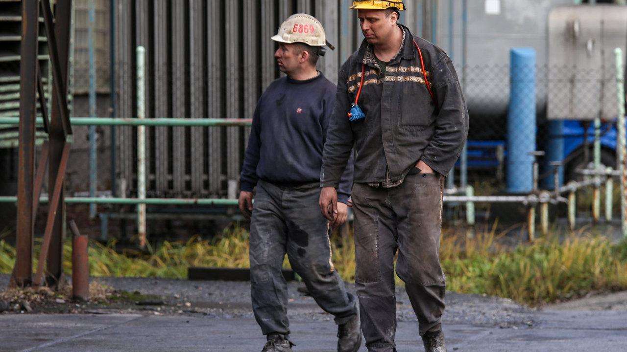 Horníci Dolu ČSM ve Stonavě na Karvinsku se dnes poprvé od tragického výbuchu metanu z minulého čtvrtka vrátili do práce.