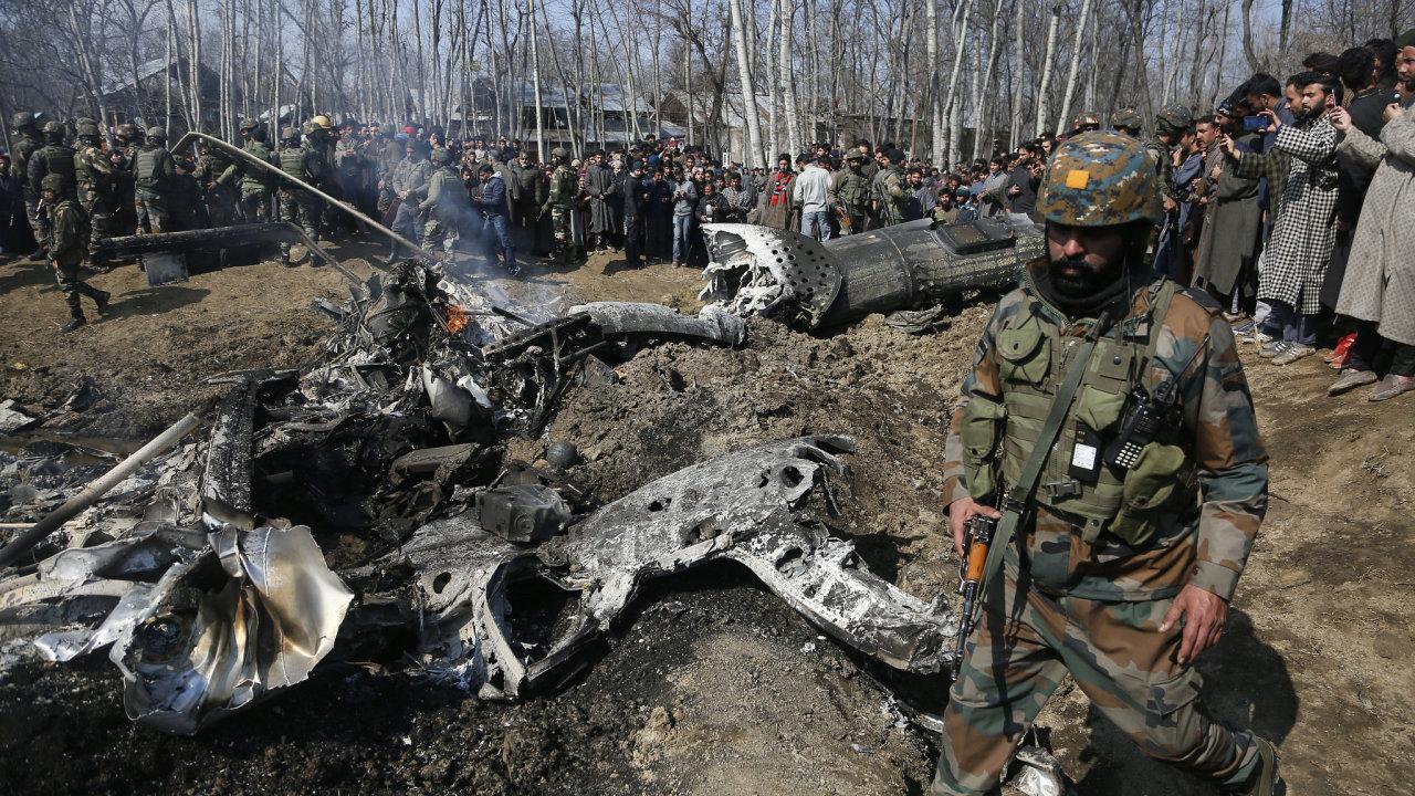 Indický voják hlídkuje u trosek sestřeleného armádního letounu, který spadl na území Indy ovládané části Kašmíru.
