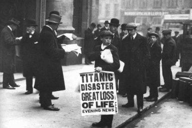 """Ned Parfett, známý jako """"Titanic paperboy"""", před londýnskými kancelářemi lodní společnosti White Star Line, 16. duben 1912."""