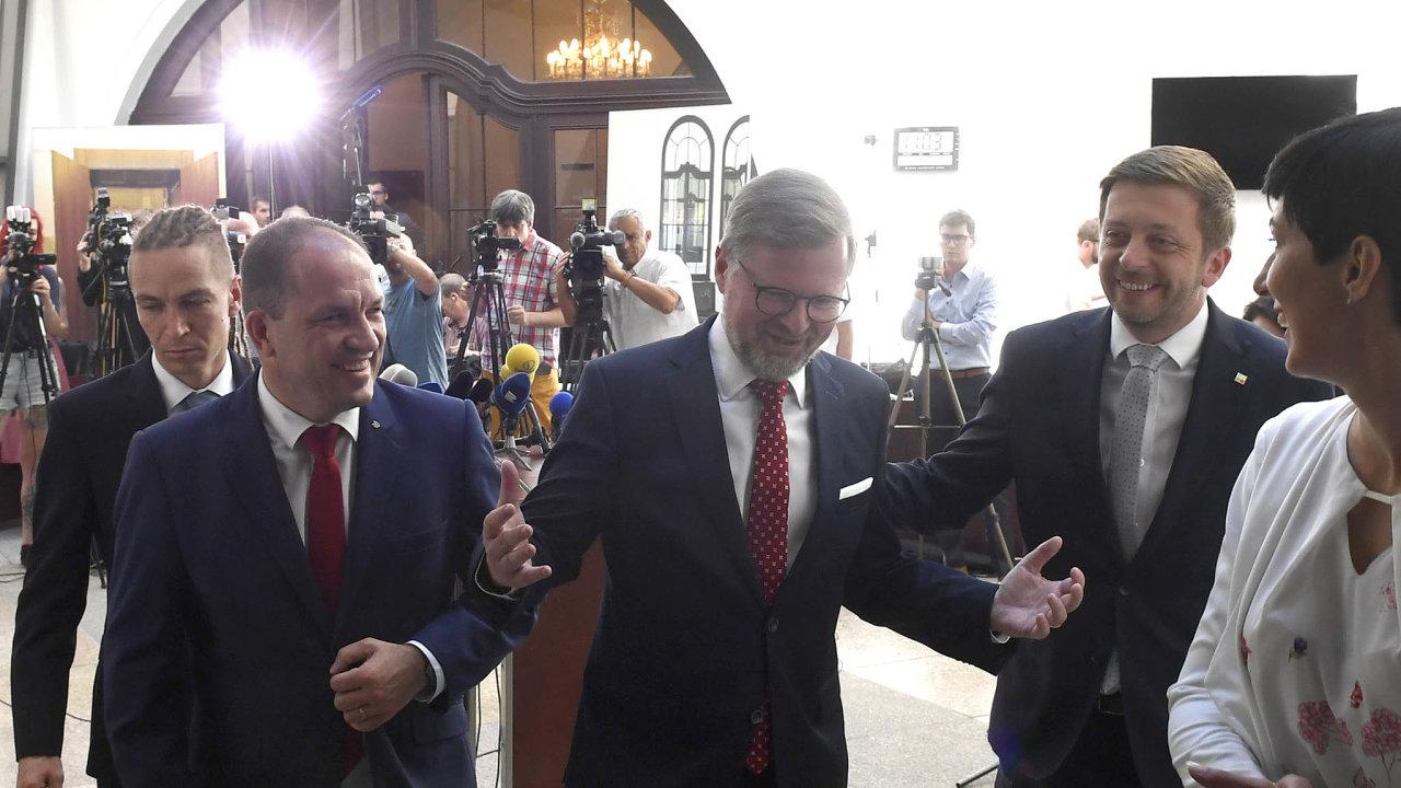 Předseda starostů Vít Rakušan (druhý zprava) doufá, že se mu podaří dovoleb spojit opoziční strany. Piráti se už proti jeho návrhu postavili.
