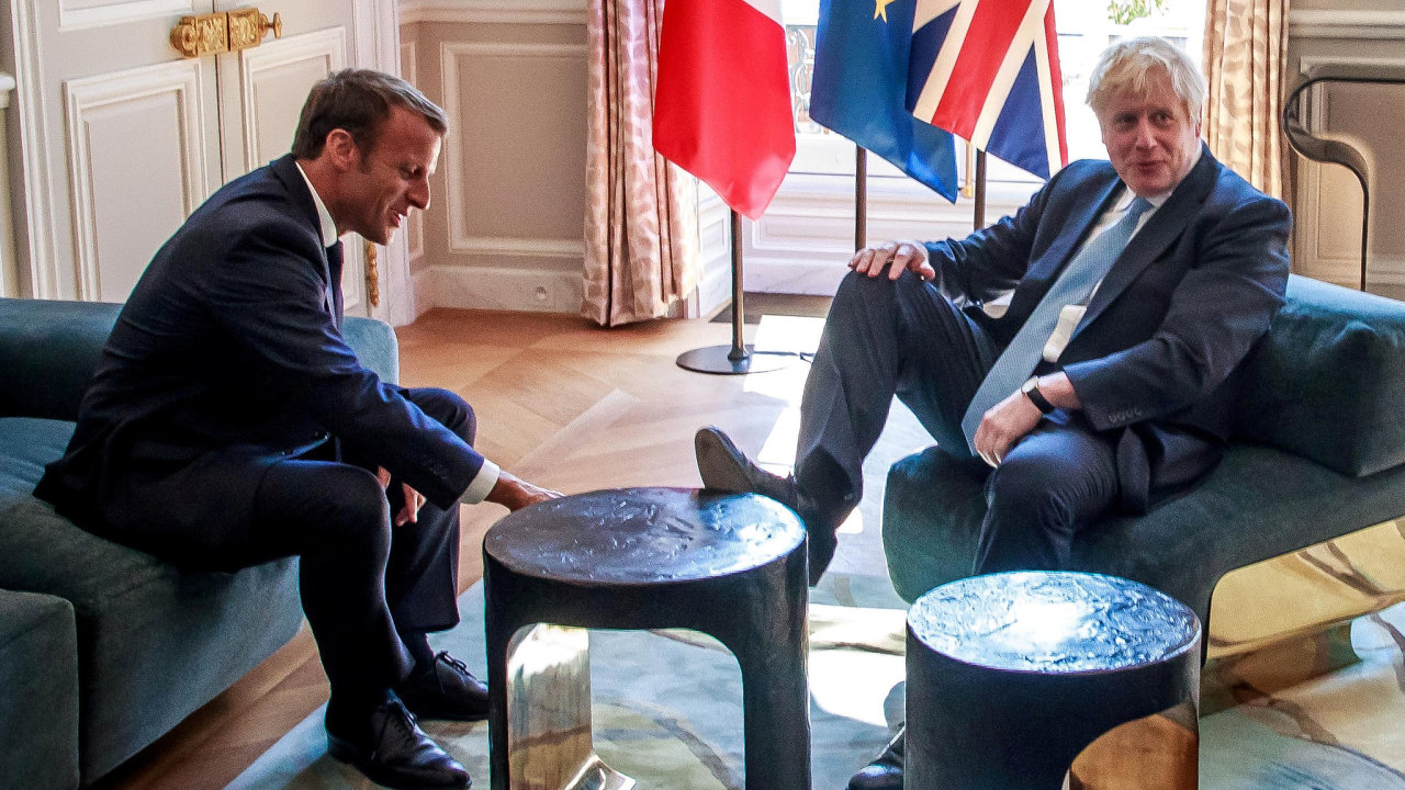 Fotografie způsobila na sociálních sítích rozruch. Johnson však měl nohu na stole jen vteřinu a  na výzvu Macrona.