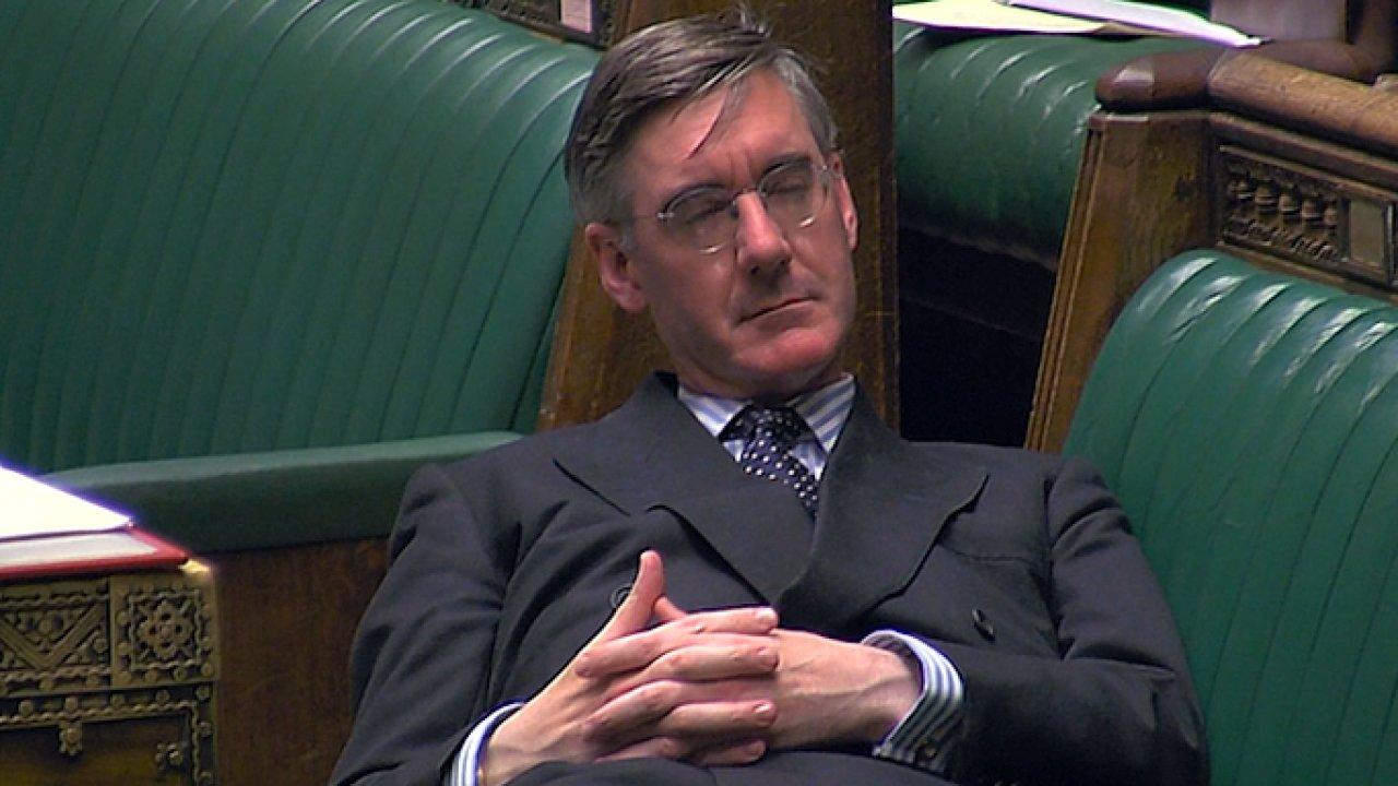 Ztělesnění arogance a neúcty. Ležérní póza britského politika pohoršila poslance.