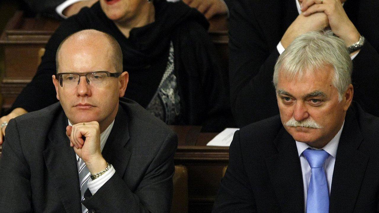 Svou úlohu by podle členů poslanecké komise měli kriminalistům vysvětlit bývalí ministři ČSSD Bohuslav Sobotka (vlevo) aMilan Urban (oba na snímku z října 2012).