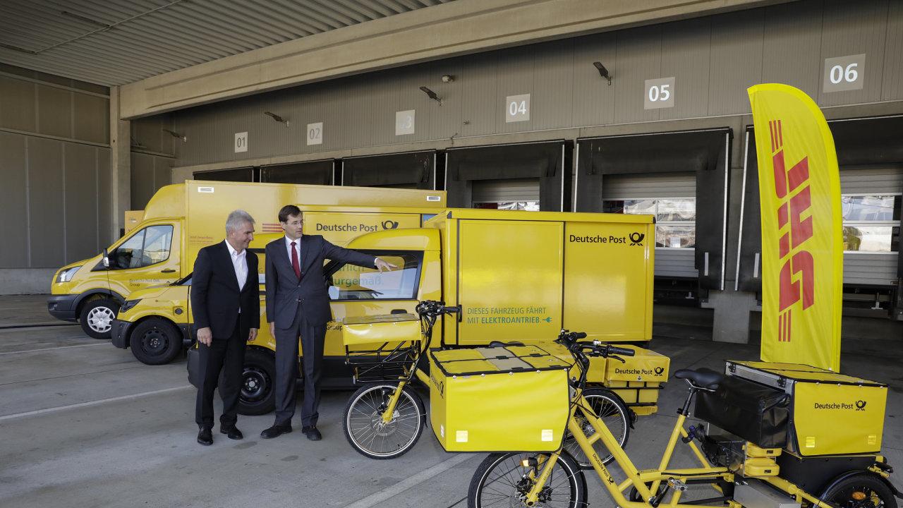 Ministr hospodářství německého státu Severní Porýní - Vestfálsko Andreas Pinkwart a člen představenstva DP DHL Tobias Meyer si prohlížejí elektroflotilu logistické firmy.