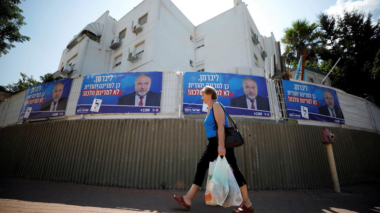 Plakáty s Avigdorem Liebermanem, šéfem vlivné pravicové strany Náš dům Izrael.