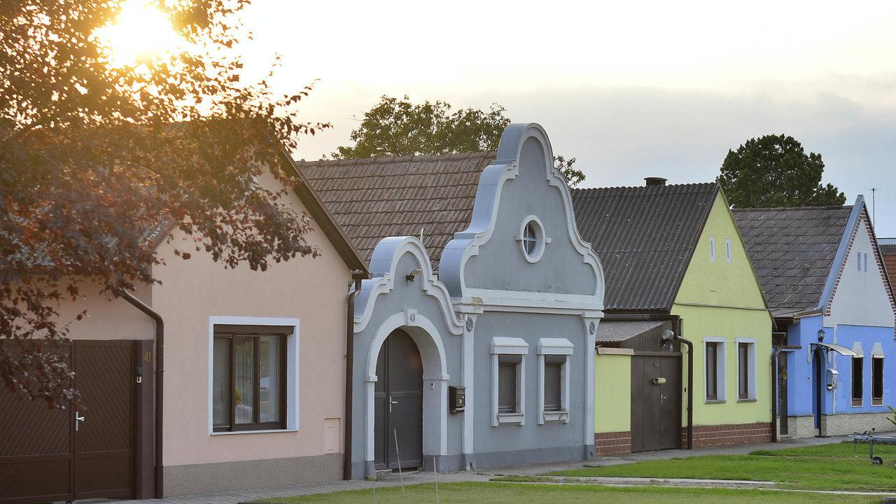 Návesv obci Zurndorf. Nazdejší základní škole už zavedli povinnou slovenštinu. Zatím hodinu týdně.