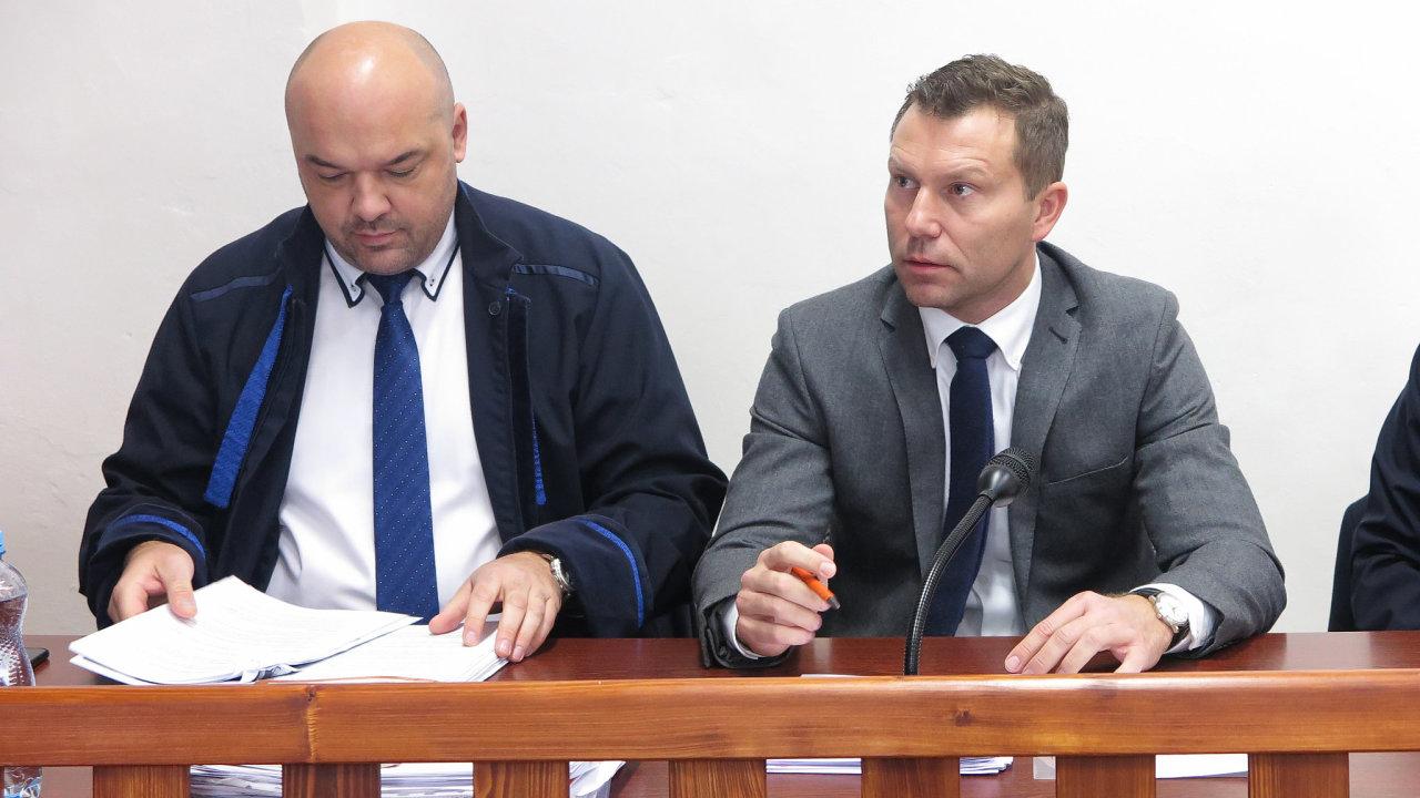 Bývalý radní Prahy 1 Michal Valenta (vpravo) spolu se svým obhájcem před soudem. Manažer JCDecaux Tomáš Tenzer se z jednání omluvil.