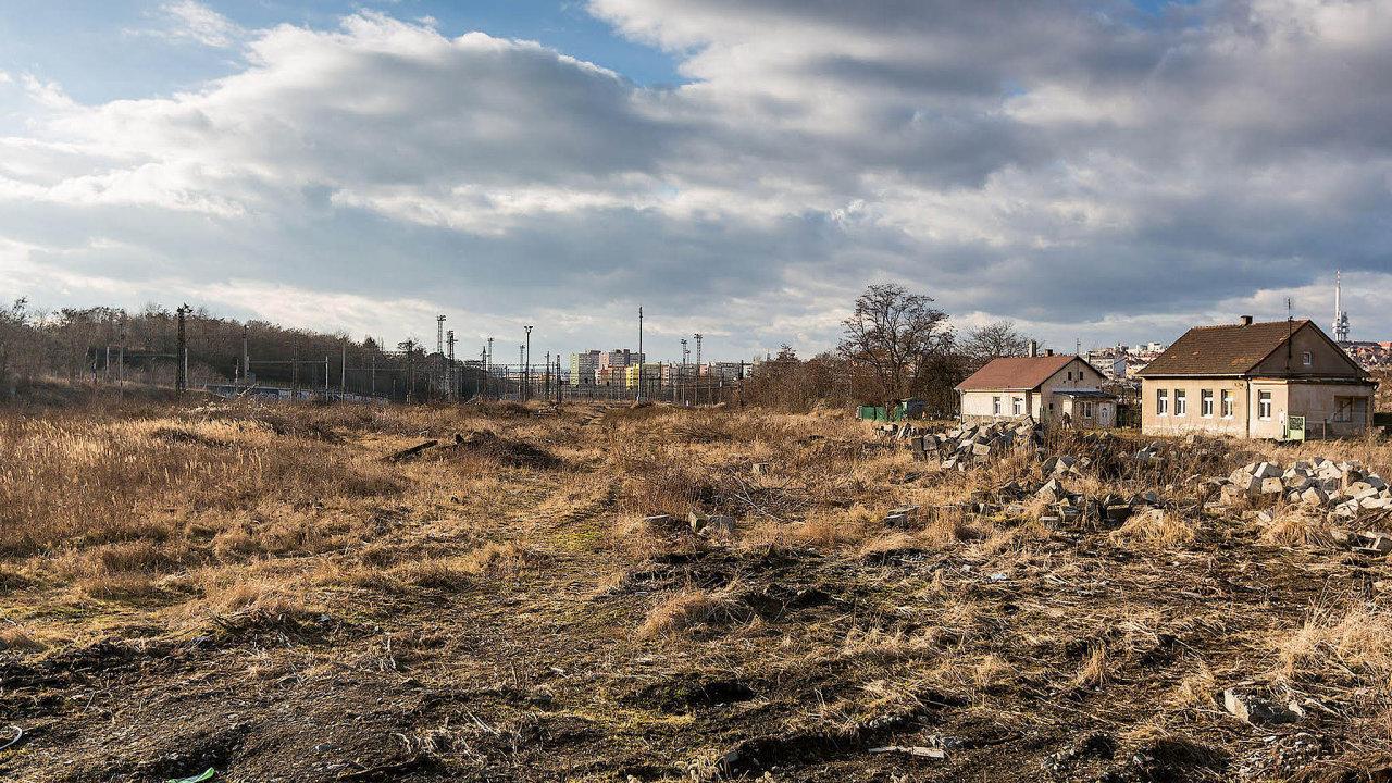Zanedbaná lokalita Bohdalec-Slatiny vPraze 10, kde by mohla vzniknout nová čtvrť zhruba pro 26 tisíc lidí.