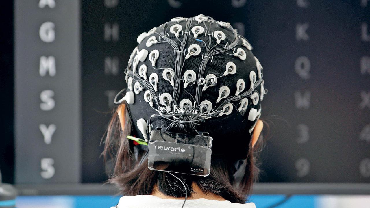 Snímání signálů zpovrchu hlavy jesice neinvazivní, ale snízkou přenosovou rychlostí, proto pokročilejší aplikace počítají spíše snapojením přímo namozek.