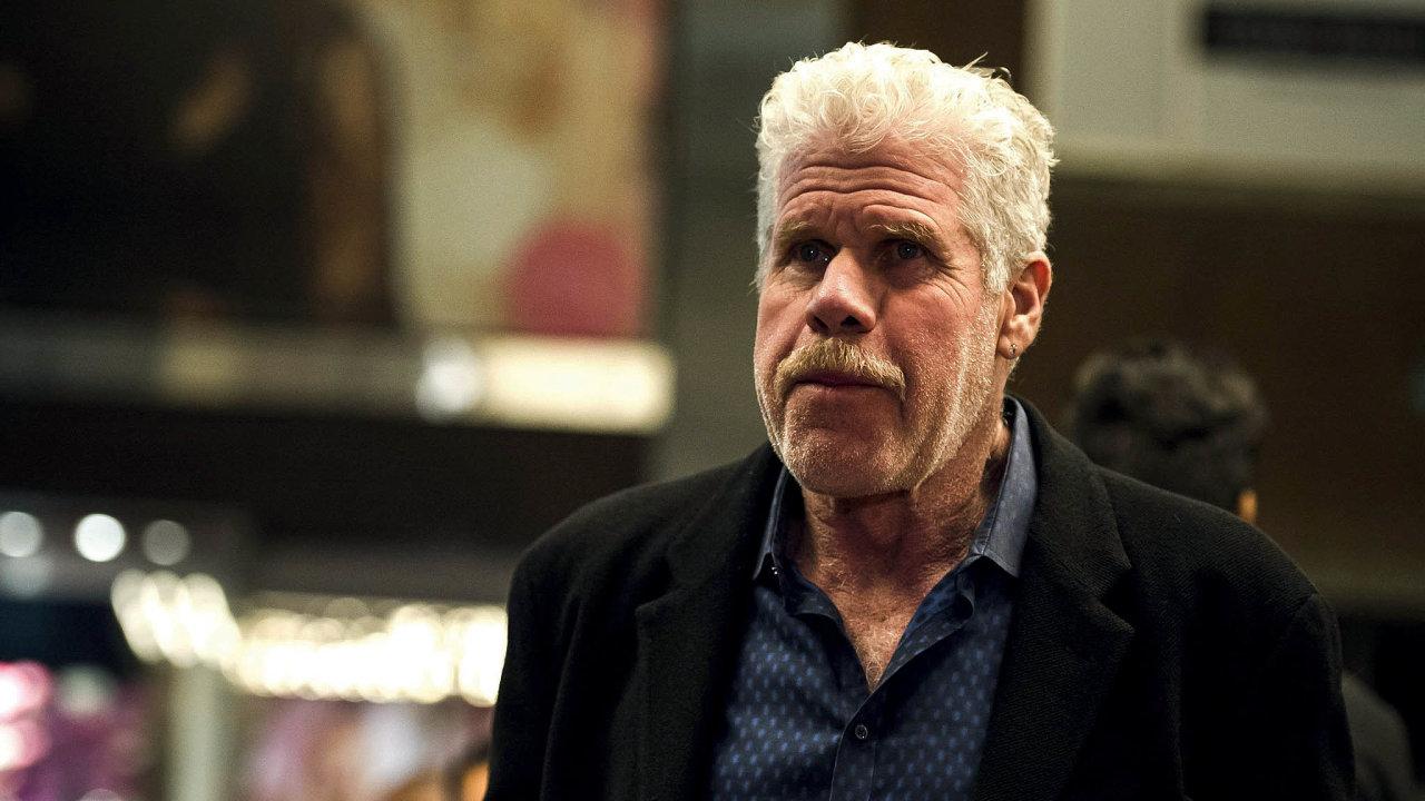 Většina diváků zná Perlmana díky roli Hellboye. Nalíčit ho domasky trvalo čtyři hodiny, pokud měl při scéně být vidět izbytek těla, musel strávit vmaskérně šest hodin.
